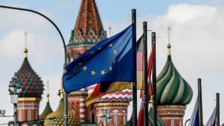 The European Union flag flies among others in front of St. Basil's Cathedral in Moscow, March 2018. © Mladen Antonov / AFP