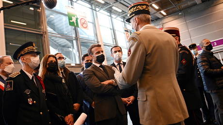French President Emmanuel Macron visits a large-capacity COVID-19 vaccination center during its inauguration at Porte de Versailles convention centre in Paris, (FILE PHOTO) © Christophe Archambault/Pool via REUTERS