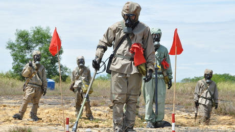 FILE PHOTO. Soldiers in protective gear at a presentation on dectecting unexploded ordnance (UXO) and defoliant Agent Orange in DANANG, VIETNAM. © AFP /  RICHARD NYBERG