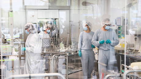Employees in clean room work in the production of the Allergopharma plant in Reinbek near Hamburg, Germany, as the they started the Pfizer/BioNTech Covid-19 vaccine production. (FILE PHOTO) © Christian Charisius/Pool via REUTERS