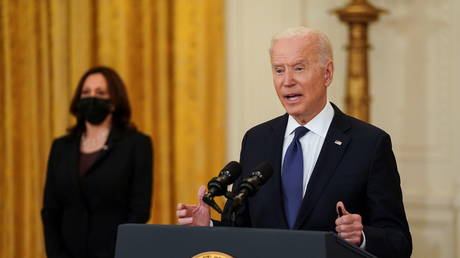 Joe Biden speaks on the Colonial Pipeline attack as Vice President Kamala Harris stands by at the White House in Washington, DC, May 10, 2021 © Reuters / Kevin Lamarque