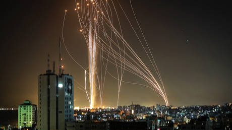 Rockets are launched from Gaza city, controlled by the Palestinian Hamas movement, in response to an Israeli air strike on a 12-storey building in the city, towards the coastal city of Tel Aviv, on May 11, 2021. © AFP / ANAS BABA
