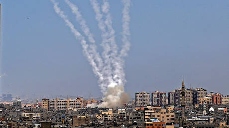 Rockets are fired from Gaza City, controlled by the Palestinian Hamas movement, towards Israel on May 11, 2021. © AFP / MOHAMMED ABED
