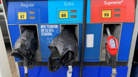 Two out of service fuel nozzles are covered in plastic on a gas pump at a gas station in Waynesville, North Carolina, May 11, 2021 © Reuters / Martin Brossman