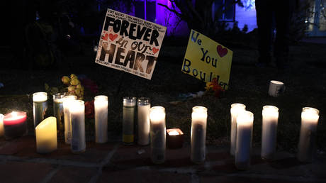 FILE PHOTO. Candlelight vigil at the Boulder Courthouse in Boulder, Colorado on March 24, 2021, to honor the ten people killed during a mass shooting at a King Soopers grocery store.© AFP / Jason Connolly