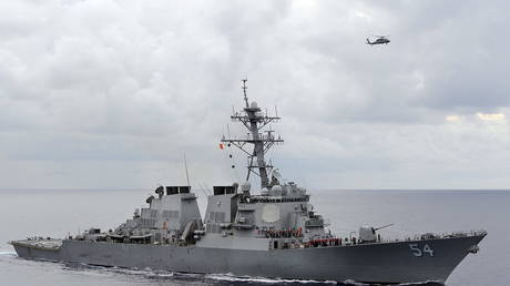 FILE PHOTO: The U.S. Navy guided-missile destroyer USS Curtis Wilbur © REUTERS/U.S. Navy