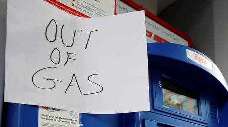 A sign at a gas station after a cyberattack crippled Colonial Pipeline. © Reuters / Yuri Gripas