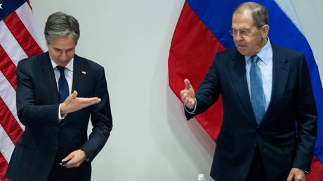 U.S. Secretary of State Antony Blinken and Russian Foreign Minister Sergey Lavrov meet on the sidelines of the Arctic Council Ministerial summit, in Reykjavik, Iceland, May 19, 2021.  © Reuters / Saul Loeb