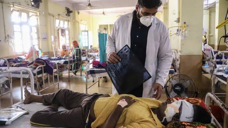 A doctor assists a Covid-19 coronavirus patient with Black Fungus in Jabalpur, India, on May 20, 2021. © AFP / Uma Shankar MISHRA