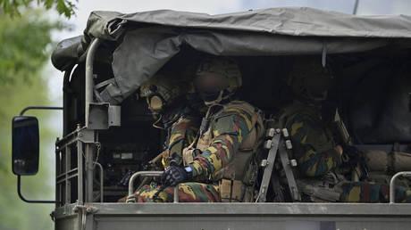 Heavily armed soldiers arrive at the entrance of National Park Hoge Kempen in Maasmechelen, Northern Belgium, on May 20, 2021 © AFP / BELGA / DIRK WAEM