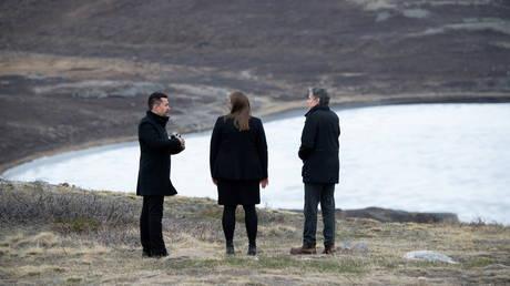 US Secretary of State Antony Blinken speaks with Greenlandic Premier Mute Egede and Dr. Mie Wingding in Kangerlussuaq, Greenland, May 20, 2021. © Reuters / Saul Loeb