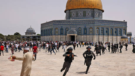 Israeli security forces and Palestinian Muslim worshippers clash in Jerusalem's Al-Aqsa mosque compound, on May 21, 2021. © AFP / AHMAD GHARABLI