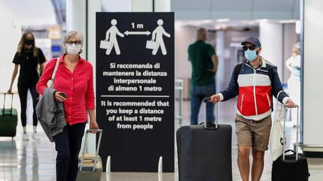 FILE PHOTO: Passengers at Fiumicino Airport in Rome, Italy, June 30, 2020. © REUTERS/Guglielmo Mangiapane