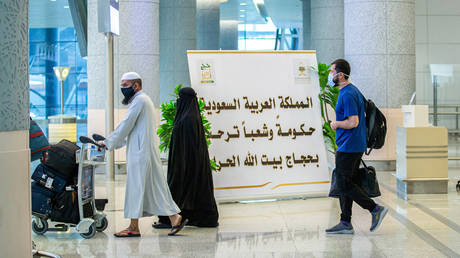A handout picture provided by the Saudi Ministry of Media on July 25, 2020, shows travellers, mask-clad due to the COVID-19. © Saudi Ministry of Media / AFP