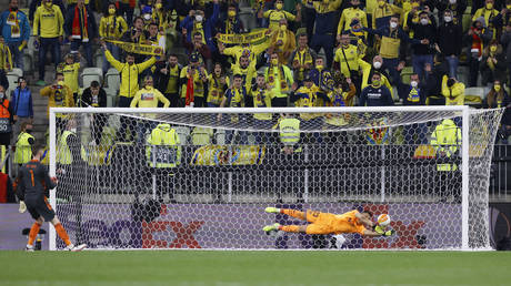 Rulli guessed right to foil De Gea. © Reuters