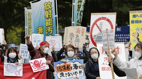 People rally to protest against the Japanese government's decision to discharge contaminated radioactive wastewater from Fukushima Daiichi nuclear power plant into the sea, in front of the Fukushima prefectural government headquarters in Fukushima, (FILE PHOTO) © Kyodo/via REUTERS