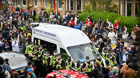 Protesters force UK immigration officers to release 2 men detained in Scotland after crowd surrounds van (VIDEOS)