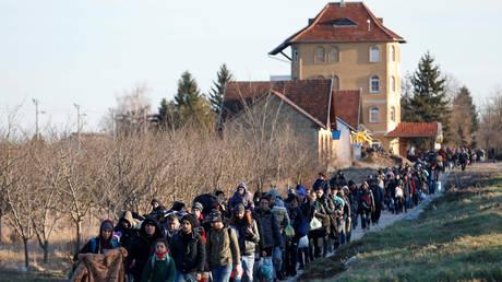 Migrants walk to the Serbian-Hungarian border as they protest to demand a passage to the European Union, near Kelebija, Serbia, (FILE PHOTO) © REUTERS/Bernadett Szabo