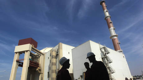 Iranian workers stand in front of the Bushehr nuclear power plant (FILE PHOTO) © REUTERS/Mehr News Agency/Majid Asgaripour