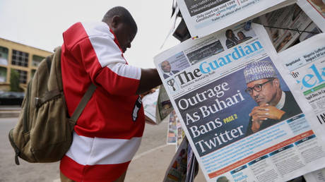 A man reads a newspaper at a newsstand in Abuja, Nigeria, after the Nigerian government banned Twitter, June 5, 2021 © Reuters / Afolabi Sotunde