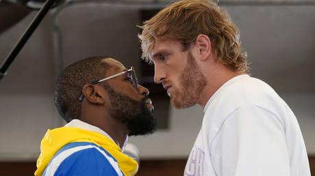 Logan Paul (right) takes on Floyd Mayweather © Jasen Vinlove / USA Today Sports via Reuters