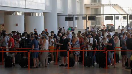 People wait in queues at Faro airport amid the coronavirus disease (COVID-19) pandemic, in Faro, Portugal, June 6, 2021. © REUTERS/Pedro Nunes