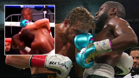 Logan Paul (left) appeared to slump on Floyd Mayweather during their boxing match © Twitter / defnoodles © Jasen Vinlove / USA Today Sports via Reuters