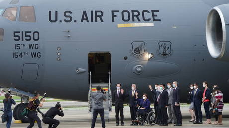 US Senators Tammy Duckworth (D-IL), Dan Sullivan (R-AK) and Chris Coons (D-DE) wave next to Taiwan Foreign Minister Joseph Wu after their arrival via a US Air Force freighter at Taipei Songshan Airport in Taipei, Taiwan June 6, 2021 © Central News Agency/Pool via REUTERS