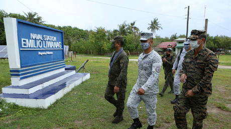 Armed Forces of the Philippines Chief of Staff Cirilito Sobejana walks beside Naval Station Emilio Liwanag Commanding Officer Rey Tibay during a visit to the Philippines-claimed Thitu Island in the South China Sea (FILE PHOTO) © Armed Forces of the Philippines/Handout via REUTERS