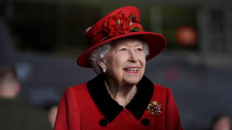 Britain's Queen Elizabeth visits HMS Queen Elizabeth ahead of the ship's maiden deployment at HM Naval Base in Portsmouth, Britain May 22, 2021. © Steve Parsons/PA Wire/Pool via REUTERS
