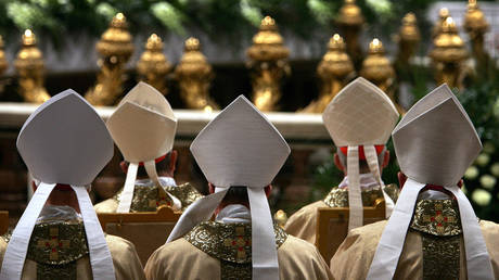 Cardinals face the altar as Colombian Cardinal Alfonso Lopez Trujillo gives the Mass of The Lords Supper in St Peter's Basilica March 24, 2005 in Vatican City. © Christopher Furlong/Getty Images