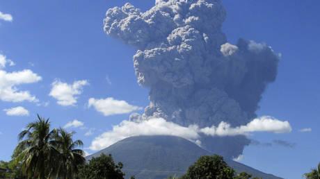 The Chaparrastique volcano spews ash in the municipality of San Miguel in El Salvador (December 29, 2013 file photo).