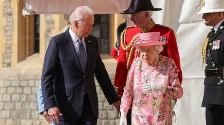 Britain's Queen Elizabeth walks with U.S. President Joe Biden and first lady Jill Biden as they meet at Windsor Castle, in Windsor, Britain, June 13, 2021. © Reuters / Chris Jackson.