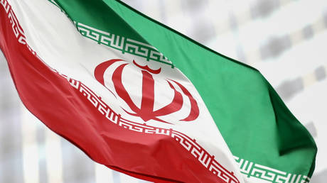 FILE PHOTO. Iranian flag flies in front of the UN office building. © REUTERS / Lisi Niesner.