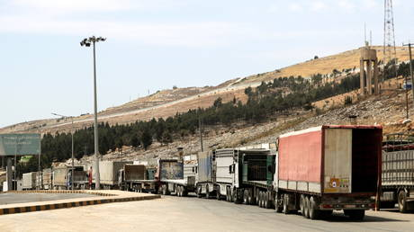 Vehicles wait at Bab al-Hawa crossing at the Syrian-Turkish border, in Idlib governorate, Syria June 10, 2021. © REUTERS/Khalil Ashawi