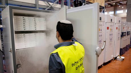An employee opens a freezer containing Pfizer's vaccination against the coronavirus disease (Covid-19) as he works at SLE, a unit of Teva Pharmaceuticals, near Shoham, Israel (FILE PHOTO) © REUTERS/Ronen Zvulun