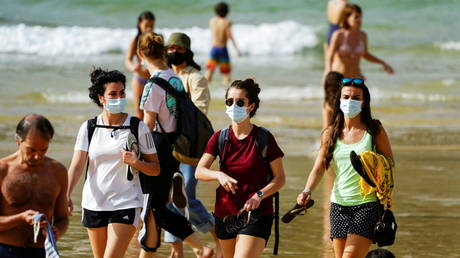 FILE PHOTO. People wear masks at La Concha beach after Spain introduced stricter mask laws during the coronavirus disease (COVID-19) outbreak, in San Sebastian, Spain. © Reuters / Vincent West.