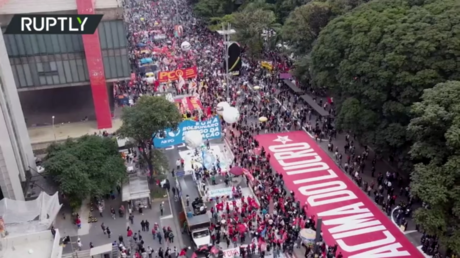 Brazilians protest Bolsonaro's rule as country hits 500,000 coronavirus deaths (VIDEO) - rt