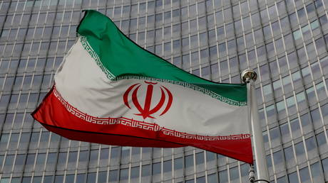 An Iranian flag flutters in front of the International Atomic Energy Agency (IAEA) headquarters in Vienna, Austria, (FILE PHOTO) © REUTERS/Leonhard Foeger