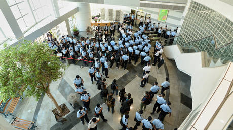 Hong Kong Police arriving at the Apple Daily newspaper offices in Hong Kong early on June 17, 2021. © AFP / APPLE DAILY.