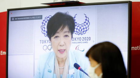 Tokyo Governor Yuriko Koike (on a screen) and Tamayo Marukawa Minister for the Tokyo Olympic and Paralympic Games, speak during a five-party meeting at Harumi Island Triton Square Tower Y in Tokyo, Japan June 21, 2021. © Rodrigo Reyes Marin/Pool via REUTERS