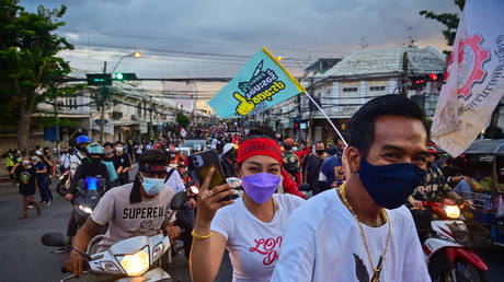 Pro-democracy protesters take part in an anti-government march towards the Government House as they commemorate the anniversary of the 1932 Siamese Revolution in Bangkok on June 24, 2021. © Lillian SUWANRUMPHA / AFP