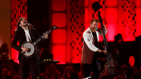 Mumford & Sons banjoist Winston Marshall (L) and bassist Ted Dwane perform during the iHeartRadio Music Festival at T-Mobile Arena in Las Vegas, Nevada, U.S. September 21, 2019. © REUTERS/Steve Marcus