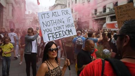 Anti-lockdown protestors march through central London,on June 26, 2021 © AFP / Daniel Leal-Olivas