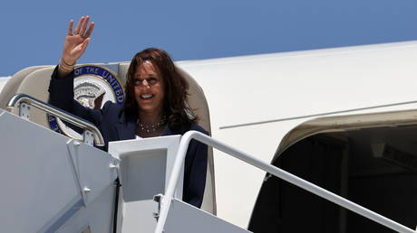 US Vice President Kamala Harris delivers greets as she boards Air Force Two at El Paso International Airport in El Paso, Texas, U.S., June 25, 2021. © REUTERS/Evelyn Hockstein