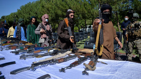 Taliban fighters put down their weapons as they surrendered to join the Afghanistan government during a ceremony in Herat. © AFP / HOSHANG HASHIMI