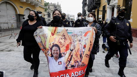 Supporters of Keiko Fujimori carry a banner as they march near the government palace where Fujimori delivered a letter requesting an international audit of the vote. ©REUTERS / Angela Ponce