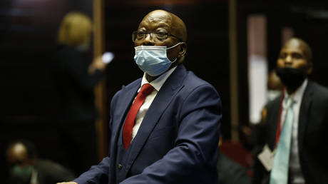 Former South African President Jacob Zuma stands in the dock after recess of his corruption trial at the Pietermaritzburg High Court in Pietermaritzburg, South Africa, on May 26, 2021. © AFP / PHILL MAGAKOE