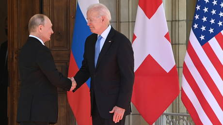 U.S. President Joe Biden and Russia's President Vladimir Putin shake hands as they arrive for the U.S.-Russia summit at Villa La Grange in Geneva, Switzerland June 16, 2021. © Reuters / Saul Loeb