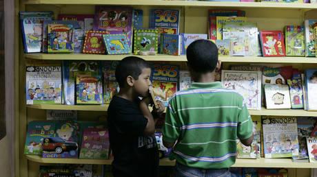 FILE PHOTO. Kids browse through books during the XI International Book Fair in Santo Domingo. © Reuters / Eduardo Munoz